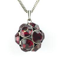 Konplott Disco Balls Halskette in siam rot lang mit Anhänger Größe L
